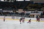 Hokejový zápas nakonec rozhodl rozdíl jediné branky. Týmu maturantů nepomohla ani neúnavná podpora fanoušků.
