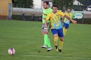 Fotbalisté Petrovic (v zeleném) na úvod krajského přeboru vyhráli nad Datyněmi 3:1.