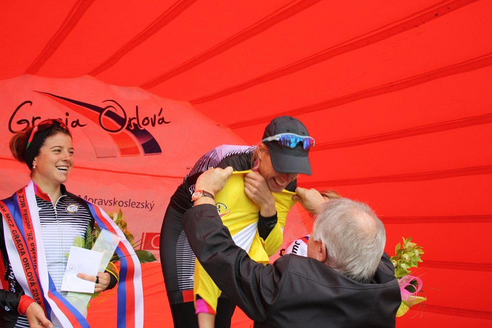 Ellen van Dijk se převléká do žlutého trikotu pro nejlepší závodnici podniku.