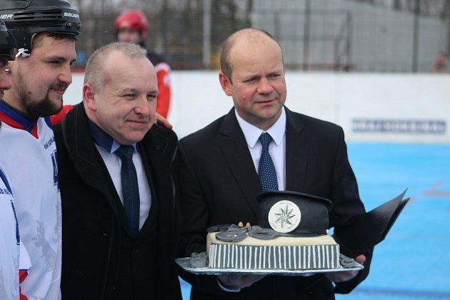 Oslavenec Martin Pala obdržel kpadesátinám dort.