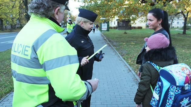 Reflexní prvky rozdávali policisté chodcům také v okolí Havířské ulice v Karviné.