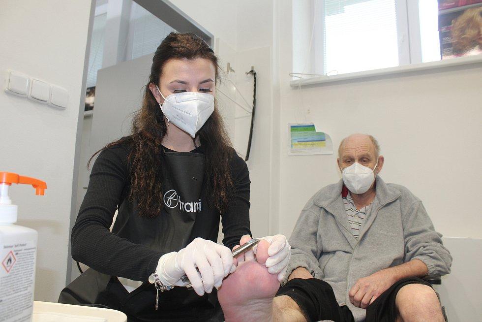 V pondělí 3. května se díky příznivé epidemiologické situaci mohla otevřít kadeřnictví, kosmetické a masážní salony anebo salony, kde stříhají například psy.