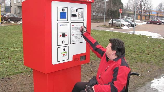 Zaplatit v automatické pokladně u havířovské nemocnice je pro vozíčkáře nadlidský výkon.