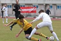 Karvinští (ve žlutém) prohráli na severu Čech po diskutabilní penaltě.