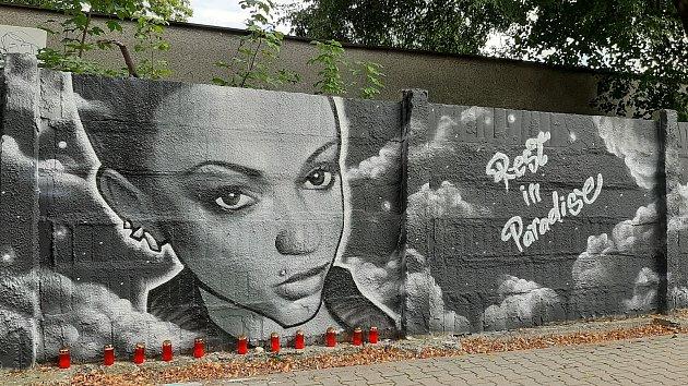 Na zeď bývalých bohumínských kasáren pak někdo nastříkal graffiti se vzkazem pro jednu zobětí žhářského útoku.
