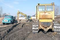 Stavební stroje se pustily do úklidu sutin po zbouraných domech v kolonii Vagónka, kde by měla vyrůst malá průmyslová zóna.