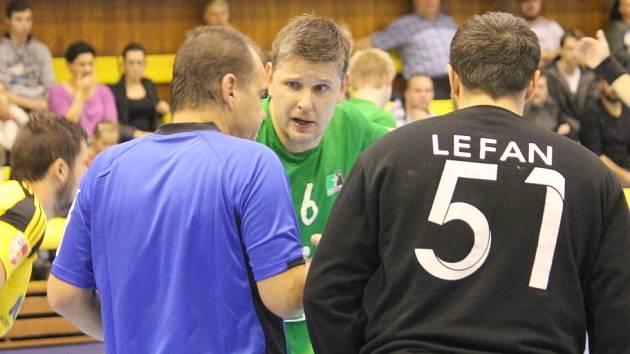 Lubomír Veřmiřovský (uprostřed) opouští házenkářskou Karvinou. A s ním i brankář Lefan.