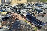Kolem ruiny bývalé sběrny v Karviné-Dolech je hromada harampádí, které nikdo nechce uklidit.