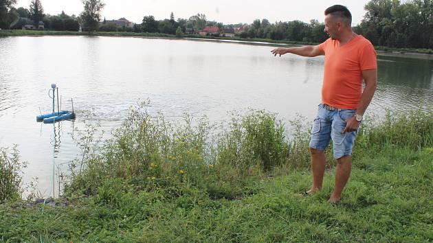 Ranní kontroly rybníků a přístrojů na okysličení vody jsou nyní každodenní starostí rybářů v kraji, na snímku kontroluje chovné rybníky předseda karvinské místní organizace Českého rybářského svazu Roman Martinek.