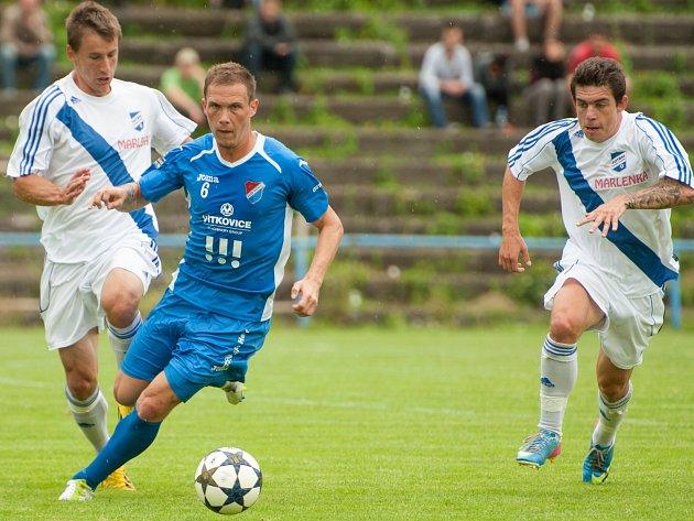 Frýdečtí fotbalisté (světlé dresy) se do druholigové soutěže vrací po dlouhých třinácti letech.
