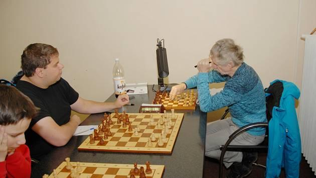 Jaroslav Olšar (vpravo) jako jediný z karvinských hráčů vyhrál svou partii. Je to nejúspěšnější borec Karviné, neboť z osmi partií vyhrál sedm a jednou remizoval.