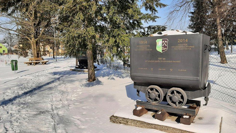 Hornická obec Stonava před 30 lety doslova vstala z popela. Dnes má necelých 2000 obyvatel a velmi dobrou infrastrukturu.  Vozík s uhlím.