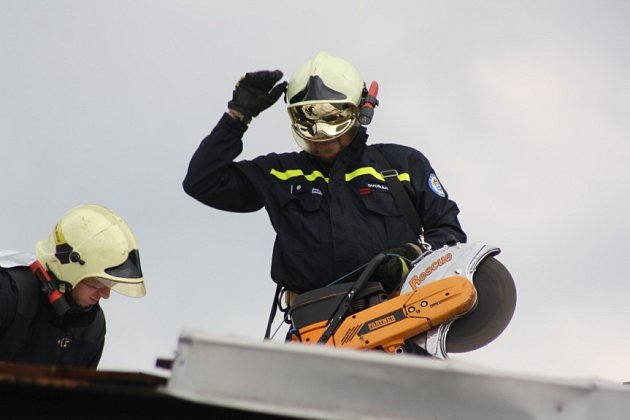 Hasiči zSDH Havířov Město museli zajistit větrem strženou střechu.