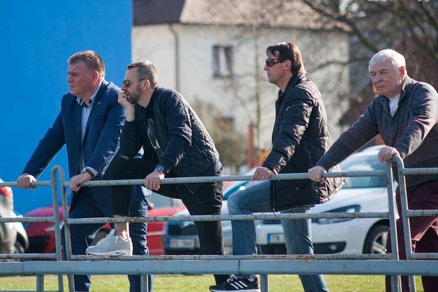 Okresní derby si nenechal ujít ani trenér ligové Karviné František Straka (druhý zprava).