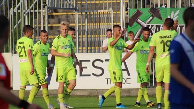 Karvinští fotbalisté (v zeleném) vyhráli ve Frýdku-Místku 3:1.