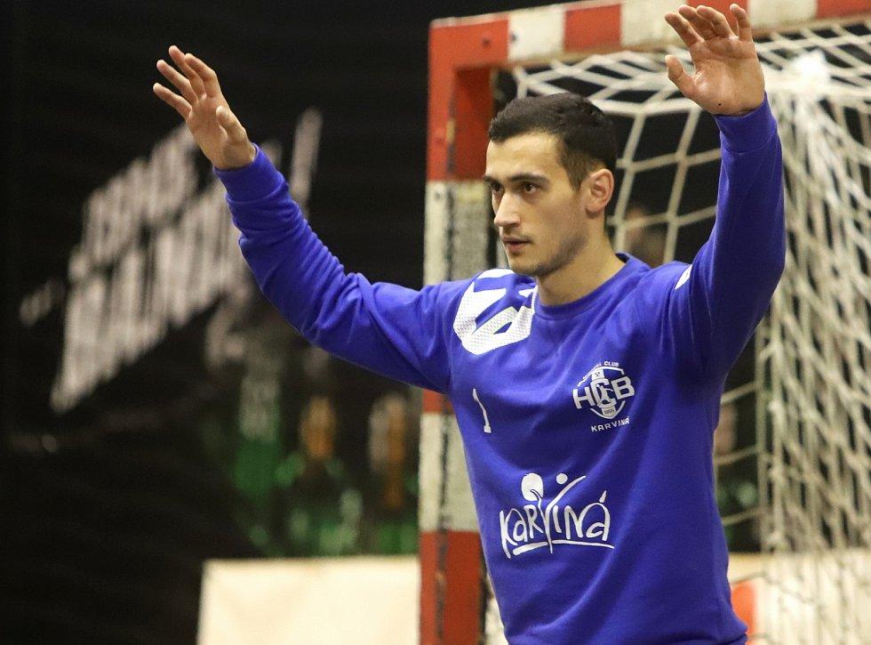 Karvinští házenkáři (v černém) porazili Lovosice o sedm gólů.