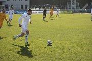 Pavel Eismann vede míč.