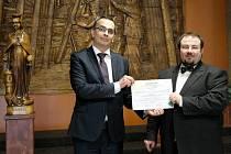 Předání hromadné akcie OKD zástupcům společnosti Prisko. Vlevo Jan Solich z OKD, vpravo předseda představenstva společnosti Prisko Marian Klásek.