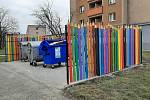 Na několika místech Karviné jsou nově barevně ohrazena stání pro kontejnery na odpad.