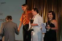 Student školy Net Office v Orlové Lukáš Adámek (s kravatou) při přebírání titulu mistra světa v informatice juniorů.
