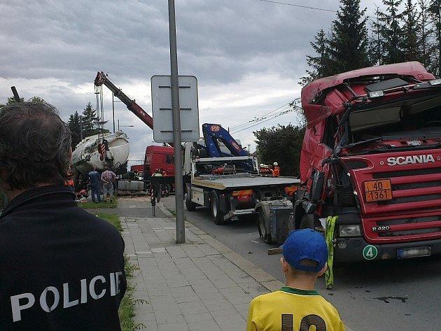 Kolem čtvrté hodiny odpolední hasiči vyprošťovali návěs nákladního automobilu. Na tom byla způsobena největší hmotná škoda.