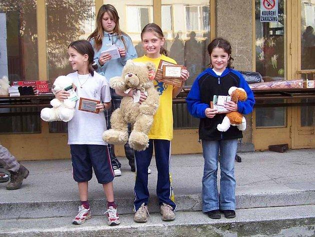 Jana Zázvorková (vlevo) a Magdaléna Gencová (uprostřed) přebírají ceny za druhé, resp. první místo kategorie dětí do 10 let.