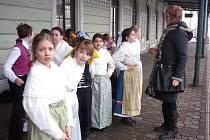 Příjezd nového vlaku vítaly děti v bohumínských krojích.
