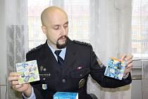 Policejní preventista Miroslav Kolátek předvádí novou hru pro děti.