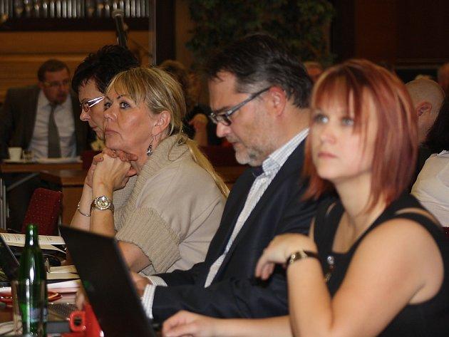 Darja Tomaniecová (zcela vpravo) na zasedání městského zastupitelstva.