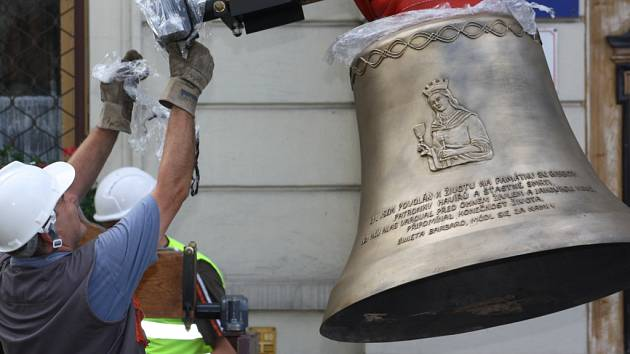 Vykládání čtyř nových zvonů v Karviné-Fryštátě.