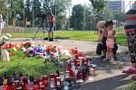 Snímek pietního místa z úterý 11. srpna 2020. Je nedaleko domu, ve kterém v sobotu 8. srpna 2020 přišlo o život šest lidí. Dalších pět zemřelo po skoku z okna.