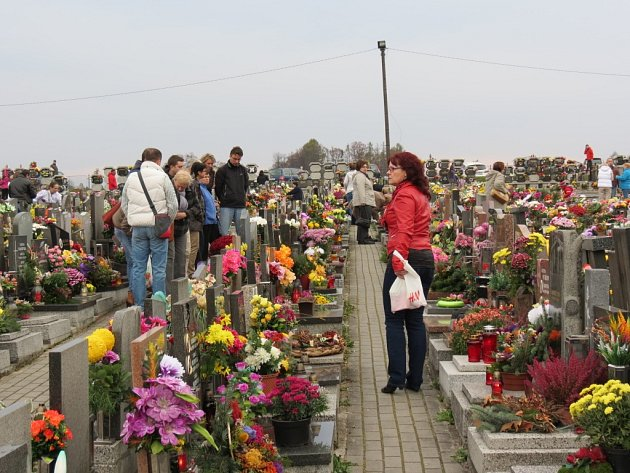 Památka zesnulých. Již od ranních hodin na největší městské pohřebiště přicházeli lidé, často celé rodiny s dětmi, zavzpomínat na své blízké zemřelé a zapalovali svíčky na hrobech svátečně vyzdobených květinami a věnci.
