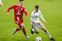 Karviná by proti Olomouci konečně ráda uspěla. Vpravo záložník MFK Petr Galuška.