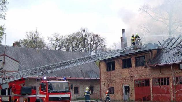 Město chce přestavět a využít objekt bývalých koníren. Záběr pochází z dubnového požáru.