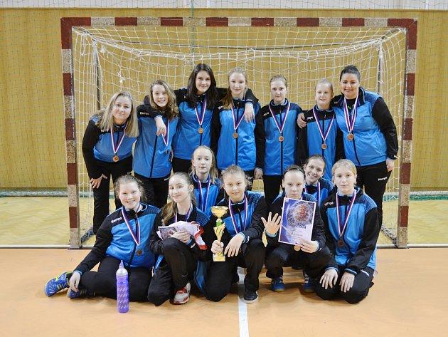 Medailová sestava sokolek z mezinárodní soutěže mladých házenkářek.