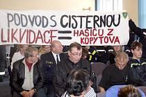 Na rozhodnutí zastupitelů reagovali hasiči vyvěšením transparentu.