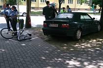 Místo, kde řidič auta na chodníku srazil zloděje kola, ale i dva nevinné chodce.