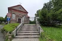 Starou zeď okolo centrálního hřbitova v Českém Těšíně nahradí nová. S opravou se začalo v v židovské části.