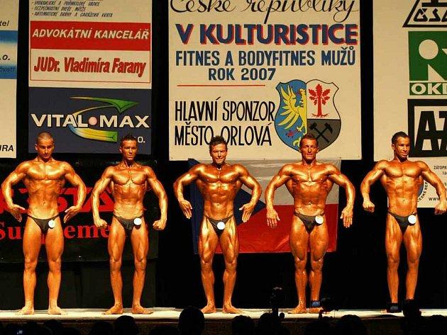 V kategorii do 175 cm v klasické kulturistice se bohužel domácí závodníci Petr Kostka (druhý zleva) ani Elemír Zaviatič (zcela vpravo) na stupně vítězů nedostali.