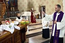 Náboženský zvyk svěcení velikonočního jídla dodržují také ve Stonavě, kde tamní farář v sobotu dopoledne posvětil velikonoční pokrmy všem, kteří je do kostela přinesli.