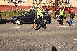 V Albrechticích se konal další vyšetřovací pokus k objasnění vážné nehody, kdy auto srazilo a těžce zranilo chodkyni.