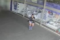Poznáte ženu na snímku z videozáznamu bezpečnostní kamery?