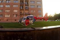 Letečtí záchranáři krátce před odletem s mladým pacientem do nemocnice.