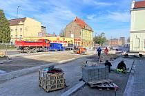 Bohumín navýší počet parkovacích míst v centru města. Foto z příprav krátkodobých parkovacích stání u železniční stanice.