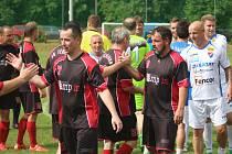 V Těrlicku se lidé bavili fotbalem. Utkaly se třeba staré gardy Těrlicka a Baníku (v bílém).
