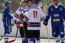 Karvinští hokejbalisté se radují z další výhry v extralize.