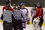 Z hokejového derby Frýdek-Místek - Karviná (v bílém).