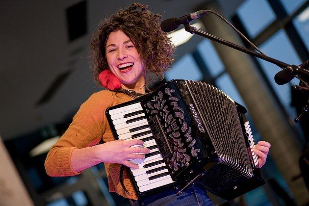 Písničkářka Kaczi odehrála koncertní set zvýlohy karvinského podniku Slivkafé. Karviná, 17.února 2021.