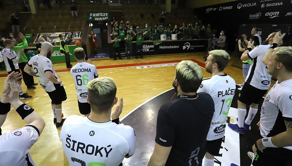 Házenkáři karvinského Baníku se radují z úvodní finálové výhry nad Plzní spolu se svými fanoušky.