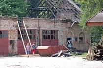 Dělníci začali uklízet vyhořelý objekt bývalých koníren a zebezpečí jej do doby, než začne jeho rekonstrukce.